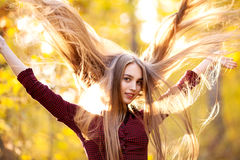 Девушка с длинными красивыми волосами в лесе в осени Стоковые Изображения
