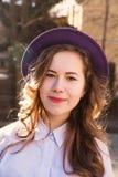 Девушка с длинными красивыми волосами с шляпой Стоковое фото RF