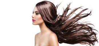 Девушка с длинными дуя волосами стоковое фото rf