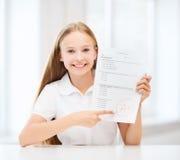 Девушка с испытанием и ранг на школе стоковая фотография rf