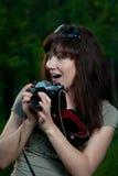 Девушка с камерой на природе Стоковые Изображения