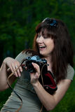 Девушка с камерой на природе Стоковое Изображение RF