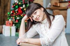 Девушка с книгой дома Счастливого рождества концепции, комфорт, wi Стоковое Изображение RF