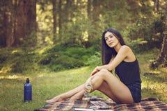 Девушка с книгой Портрет красивой девушки с книгой _ Стоковое Изображение
