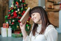 Девушка с книгой Счастливого рождества концепции, комфорт, зима, теплая Стоковая Фотография RF