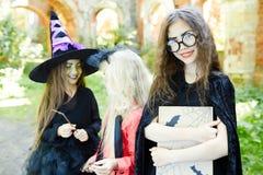 Девушка с книгой хеллоуина Стоковые Фото