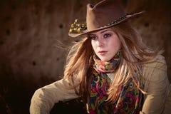 Девушка с ковбойской шляпой стоковые фотографии rf