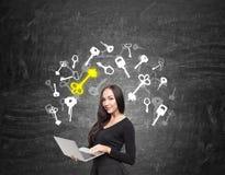 Девушка с компьютером и эскизами ключа Стоковое Изображение