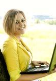 Девушка с компьютером Стоковое Изображение RF