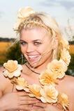 Девушка с концом-вверх цветков Стоковое Изображение RF
