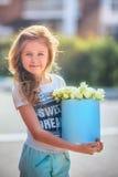 Девушка с коробкой цветков Стоковое Изображение