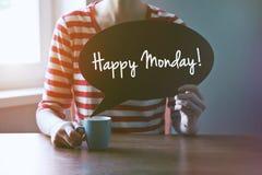 Девушка с кофе и пузырь покрывают счастливый понедельник стоковое изображение rf