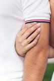 Девушка с кольцом на пальце обнимает парня Стоковое Изображение