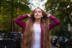 Девушка с красивыми волосами в улице Стоковое фото RF