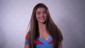 Девушка с красивыми длинными волосами, смотря в рамку, тогда извлекает ее заднюю часть и улыбки волос 4K медленный Mo видеоматериал
