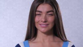 Девушка с красивыми широкими бровями смотрит в рамке и улыбках 4K медленный Mo сток-видео