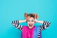 Девушка с красными волосами смеясь над держащ его голову Запутанные волосы взволнованности положительные красивейшие детеныши жен Стоковые Изображения