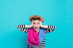 Девушка с красными волосами смеясь над держащ его голову Запутанные волосы взволнованности положительные красивейшие детеныши жен Стоковое Изображение