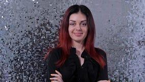 Девушка с красными волосами, смотрит прочь, поворачивает ее голову к камере и улыбкам 4K медленный Mo акции видеоматериалы