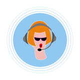 Девушка с красными волосами в черных стеклах, с наушниками с микрофоном Плоское воплощение значка Стоковое Изображение