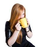 Девушка с красными волосами и чашкой чаю Стоковые Изображения RF