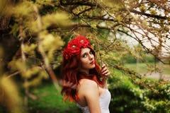 Девушка с красными волосами на зеленой предпосылке стоковые изображения rf