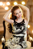 Девушка с красными волосами усмехается в черно-белом платье против t Стоковые Изображения