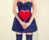 Девушка с красными руками сердец Стоковая Фотография RF