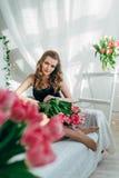 Девушка с красными тюльпанами Стоковое Изображение RF
