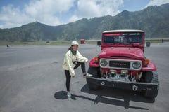 Девушка с красным автомобилем 4x4 стоковое изображение rf