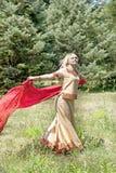 Девушка с красным шарфом стоковые фотографии rf