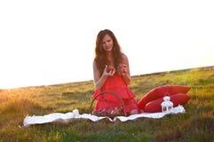 Девушка с красным яблоком в руках Стоковые Фотографии RF