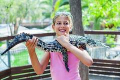 Девушка с крокодилом Стоковые Фото
