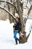 Девушка с кружкой склонности чая против дерева, города на заднем плане Стоковые Фотографии RF