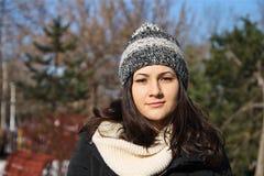 Девушка с крышкой меха в парке Стоковое Изображение RF