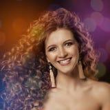 Девушка с курчавыми волосами Стоковое Фото