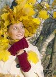 Девушка с листьями осени стоковые фото