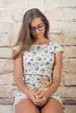 Девушка с любимым котенком Стоковые Фотографии RF