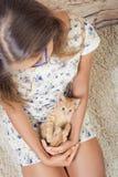 Девушка с любимым котенком Стоковое Изображение