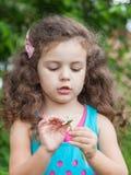 Девушка с маргариткой в ее руках Стоковая Фотография