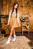 Девушка с медведем в ее руке стоя в комнате с деревянным wa Стоковые Изображения RF