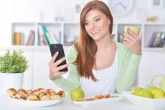 Девушка с мобильным телефоном Стоковое Изображение