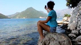 Девушка с мобильным телефоном сток-видео