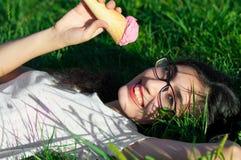 Девушка с мороженым на природе Стоковая Фотография RF