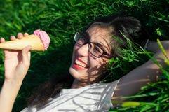 Девушка с мороженым на природе Стоковые Фотографии RF