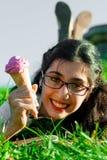 Девушка с мороженым на природе Стоковые Изображения