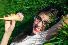 Девушка с мороженым на природе Стоковые Изображения RF