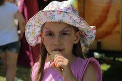 Девушка с мороженым на прогулке стоковое изображение rf