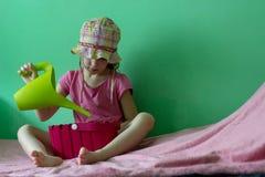Девушка с моча баком стоковые фото