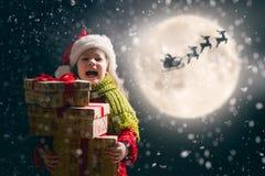 Девушка с настоящим моментом на рождестве стоковая фотография rf